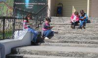 Шалинские мобберы читали книги на улицах поселка и приглашали прохожих в библиотеку